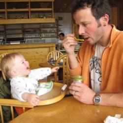 2010.08 Papa et Clément au resto des bains